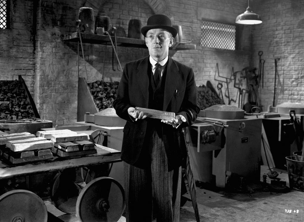 still-of-alec-guinness-in-the-lavender-hill-mob-(1951)-large-picture