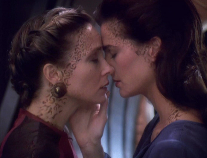 Lenara_Kahn_and_Jadzia_Dax_kiss